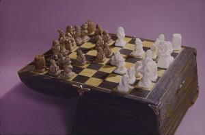 Шахматы в сундуке, бивень мамонта
